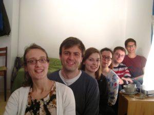 Der Hauskreis, der sich überall in Mannheim treifft - Quer durch Mannheim. Junge Christen treffen sich, um gemeinsam in der Bibel zu lesen, füreinander zu beten und im Glauben an Jesus Christus, den Sohn Gottes, zu wachsen.