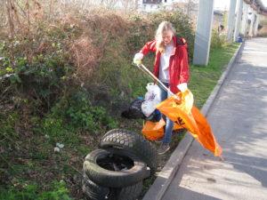 In den Mannheimer Reinigungswochen zeigen die Bürgerinnen und Bürger, dass es ihre Stadt ist. Ausgerüstet mit Müllbeuteln, Greifzangen und Handschuhen packen sie an, um die Schöpfung vom Müll zu befreien. Umweltschutz aktiv. Die FeG Mannheim war dabei und räumte in der Eisenbahnstraße in Neckerau kräftig ab.